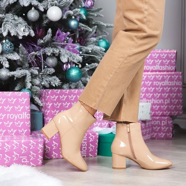Botki Royalfashion.pl na słupku w stylu glamour