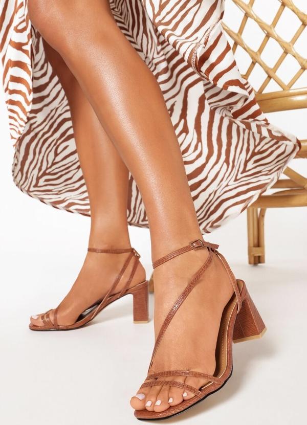 Brązowe sandały born2be z klamrami na obcasie