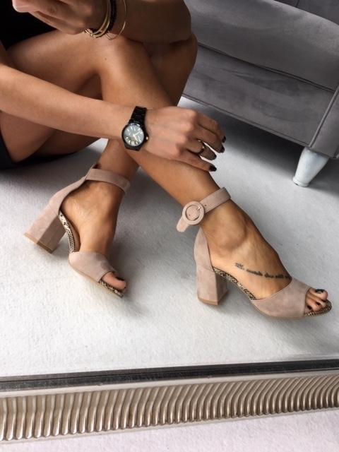 Brązowe sandały Calzado z klamrami na wysokim obcasie na obcasie