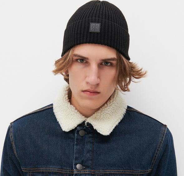 Czarna czapka Reserved