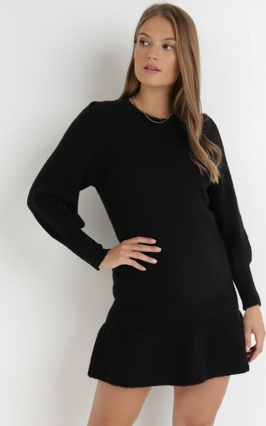 Czarna sukienka born2be w stylu casual z okrągłym dekoltem
