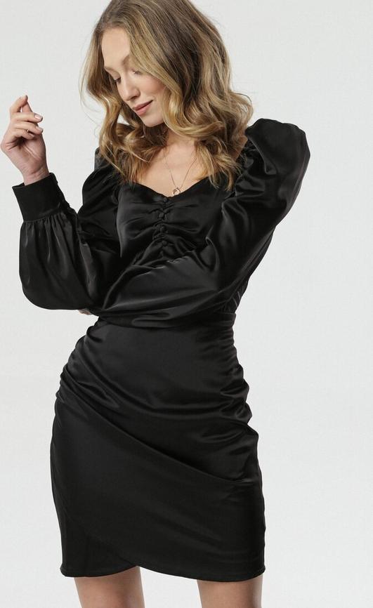 Czarna sukienka born2be z dekoltem w kształcie litery v z długim rękawem dopasowana