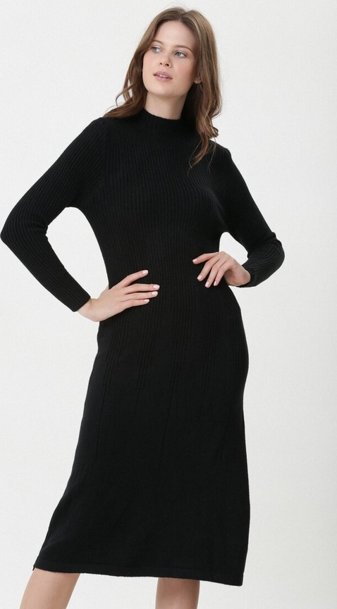 Czarna sukienka born2be z golfem midi w stylu casual