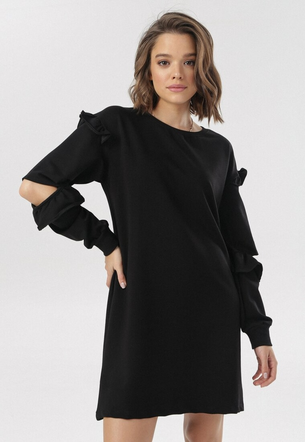 Czarna sukienka born2be z okrągłym dekoltem prosta z długim rękawem