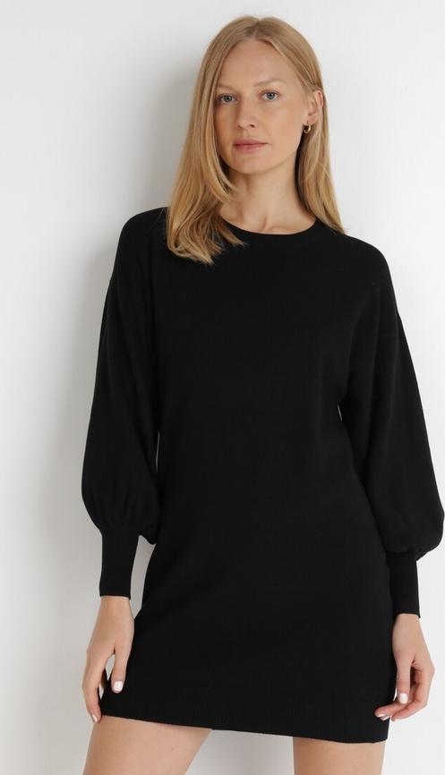 Czarna sukienka born2be z okrągłym dekoltem w stylu casual