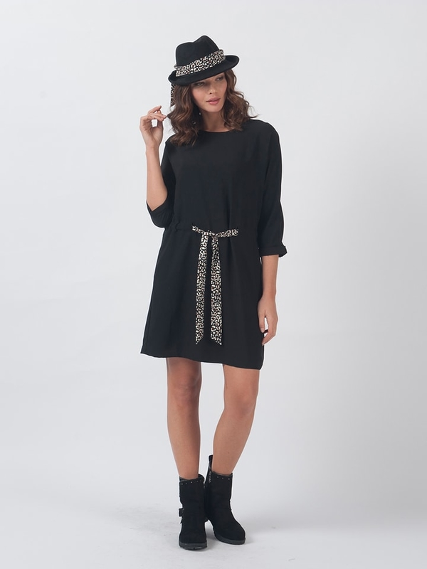 Czarna sukienka Chattawak z okrągłym dekoltem prosta mini