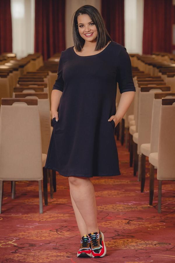 Czarna sukienka KARKO midi z okrągłym dekoltem w sportowym stylu