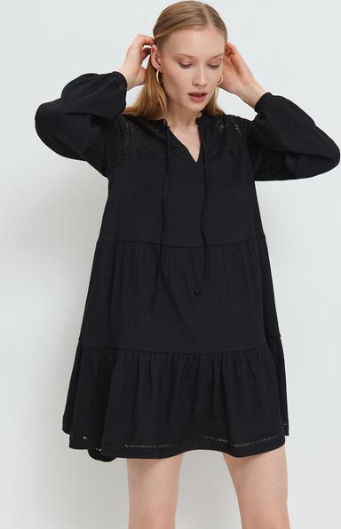 Czarna sukienka Mohito oversize z dekoltem w kształcie litery v mini