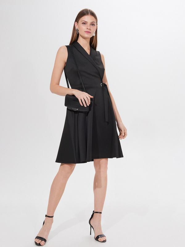Czarna sukienka Mohito w stylu casual z dekoltem w kształcie litery v rozkloszowana
