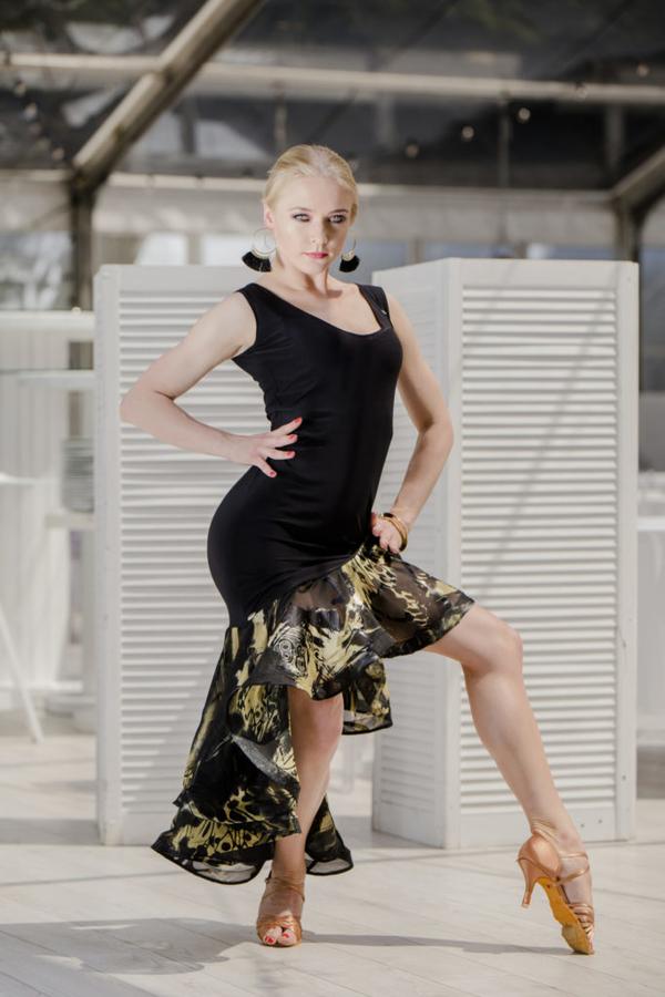 Czarna sukienka Senga asymetryczna z okrągłym dekoltem bez rękawów