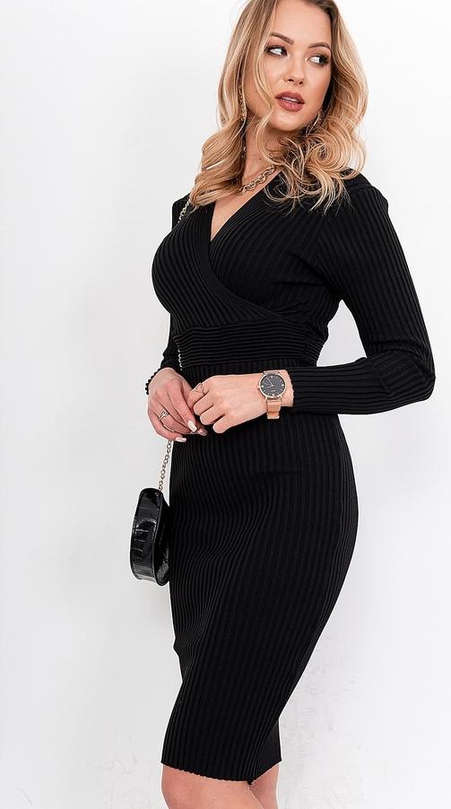 Czarna sukienka ZOiO.pl dopasowana z dekoltem w kształcie litery v midi
