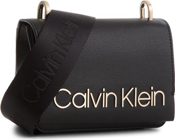428adf095db75 Czarna torebka Calvin Klein Black Label na ramię w młodzieżowym stylu