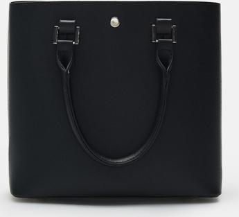 Czarna torebka Cropp w wakacyjnym stylu