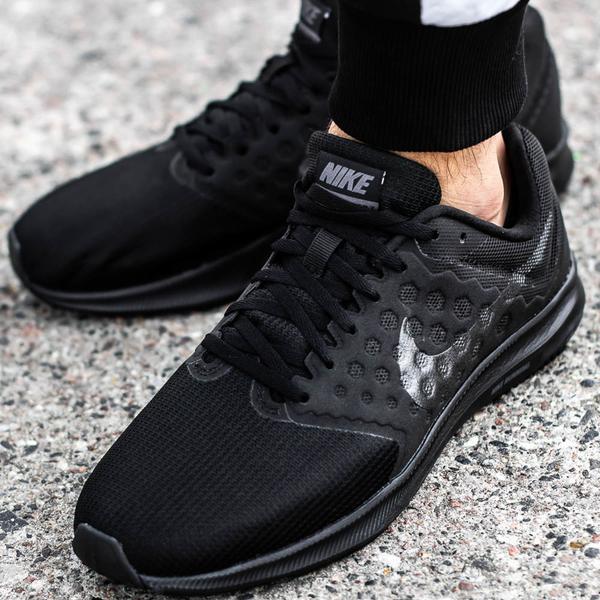 Czarne buty sportowe Nike w młodzieżowym stylu
