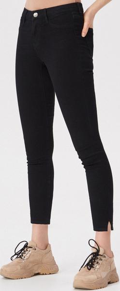 Czarne jeansy Sinsay w street stylu z jeansu
