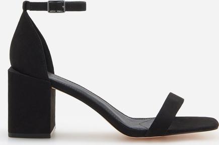 Czarne sandały Reserved z klamrami na słupku