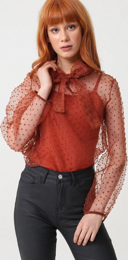 Czerwona bluzka born2be ze sznurowanym dekoltem w stylu glamour z długim rękawem