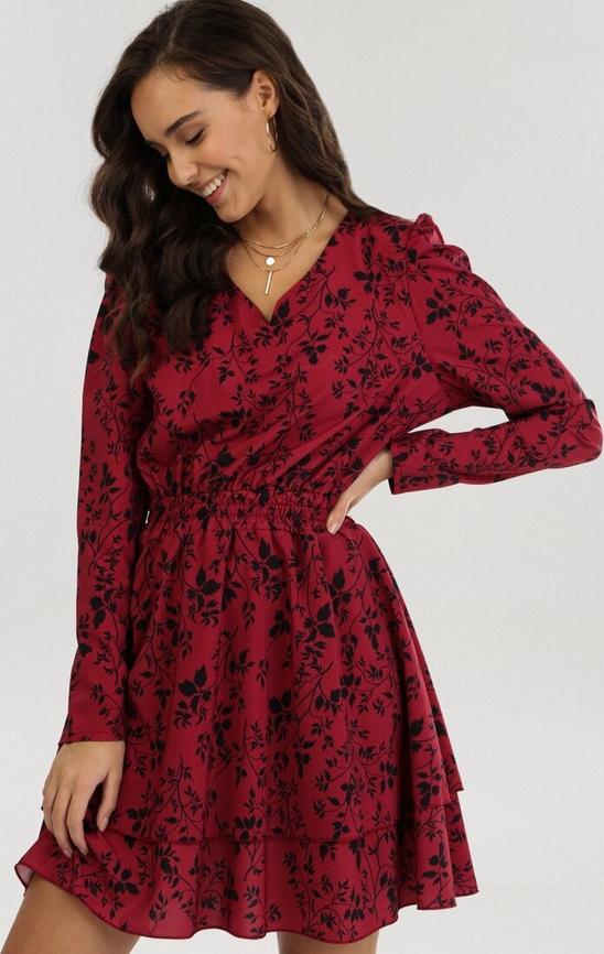 Czerwona sukienka born2be z dekoltem w kształcie litery v z długim rękawem
