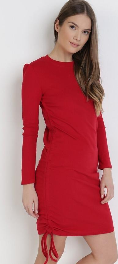Czerwona sukienka born2be z długim rękawem mini z okrągłym dekoltem