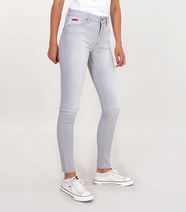 Jeansy Lee Cooper z jeansu w street stylu