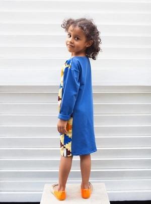 Niebieska sukienka dziewczęca Afriq Password z bawełny