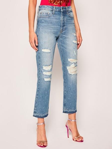 Niebieskie jeansy Guess w street stylu