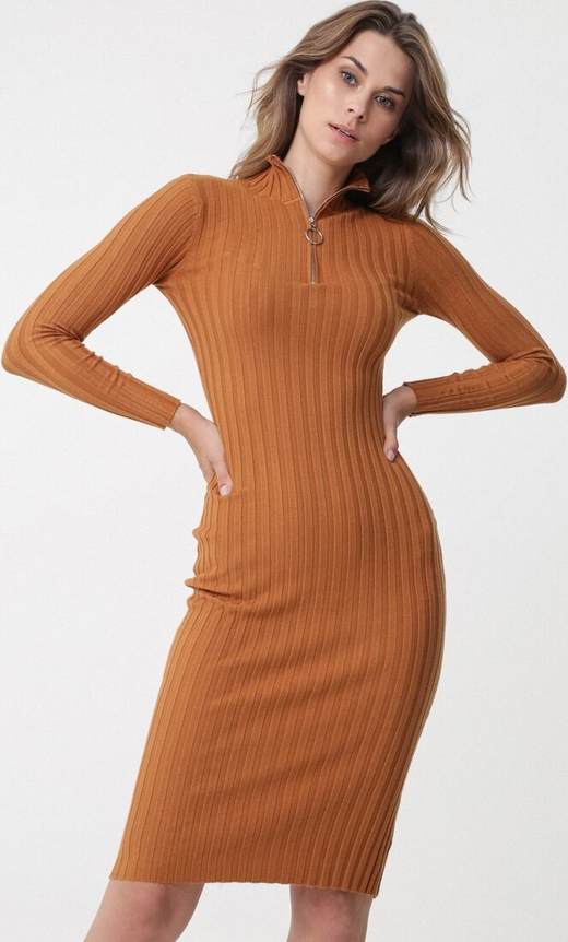Pomarańczowa sukienka born2be dopasowana