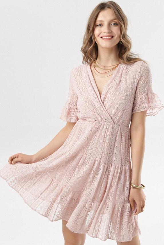Różowa sukienka born2be w stylu casual mini z dekoltem w kształcie litery v
