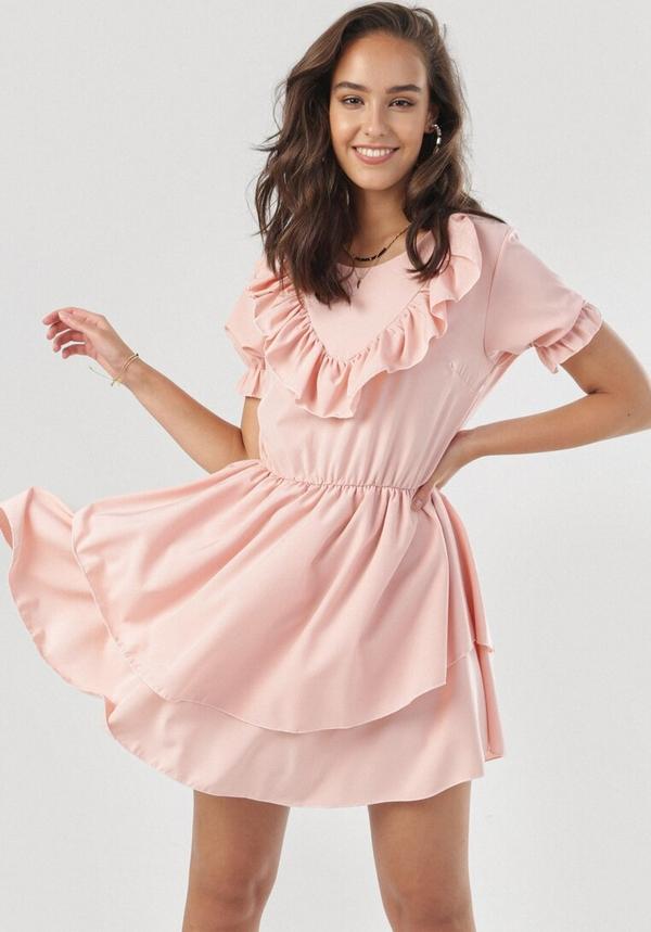 Różowa sukienka born2be z krótkim rękawem