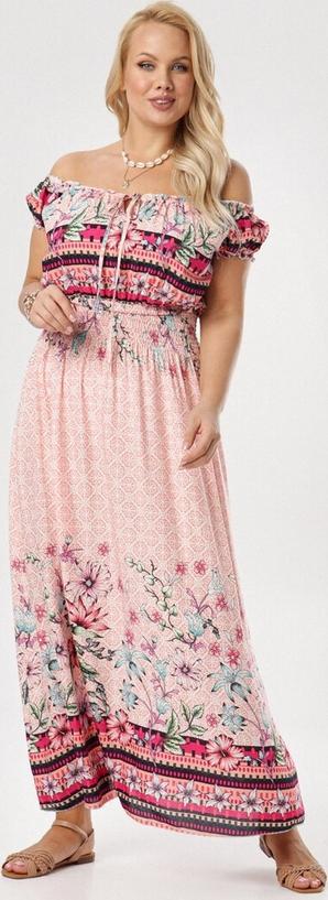 Różowa sukienka born2be z krótkim rękawem hiszpanka z odkrytymi ramionami