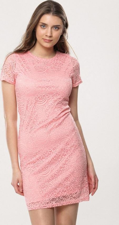 Różowa sukienka born2be z okrągłym dekoltem