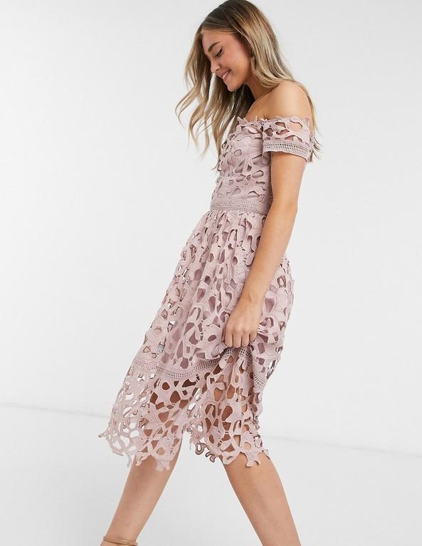 Różowa sukienka Chi Chi London z krótkim rękawem z odkrytymi ramionami