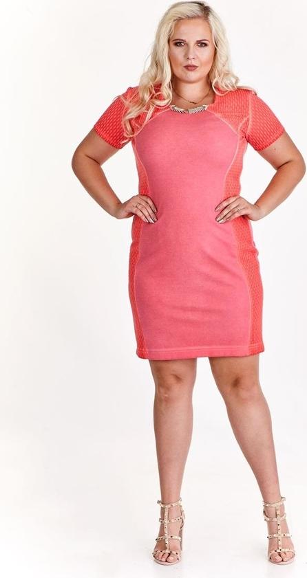 Różowa sukienka Fokus dla puszystych z dzianiny