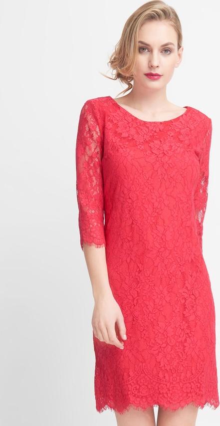 Różowa sukienka QUIOSQUE z okrągłym dekoltem z długim rękawem mini