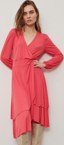 Różowa sukienka Reserved midi z długim rękawem