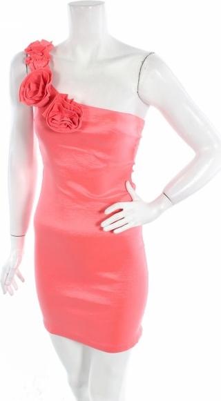 Różowa sukienka Voyelles asymetryczna z asymetrycznym dekoltem
