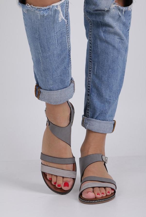 Sandały Casu z klamrami z płaską podeszwą