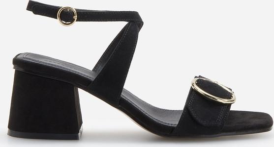 Sandały Reserved z klamrami na średnim obcasie