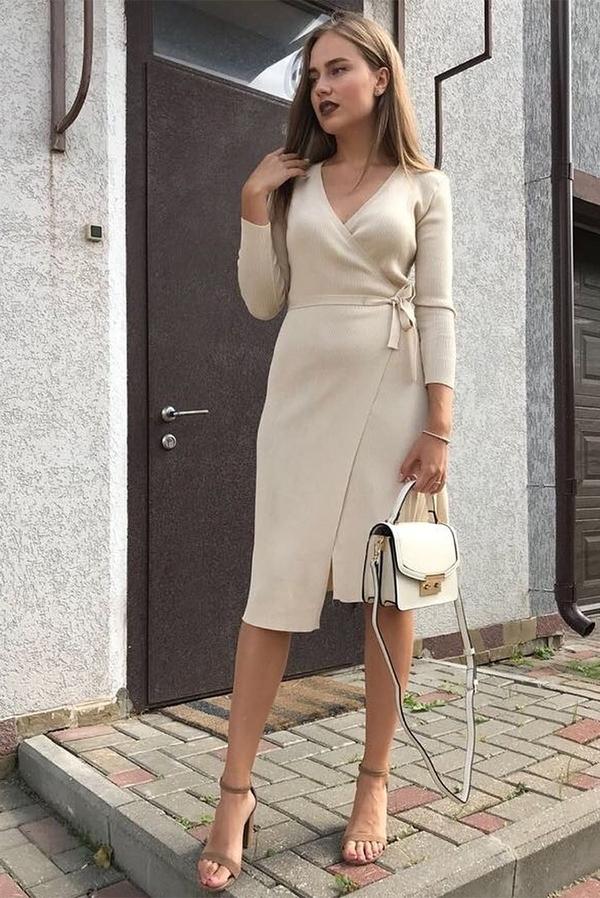 Sukienka Ivet.pl midi z dekoltem w kształcie litery v w stylu casual