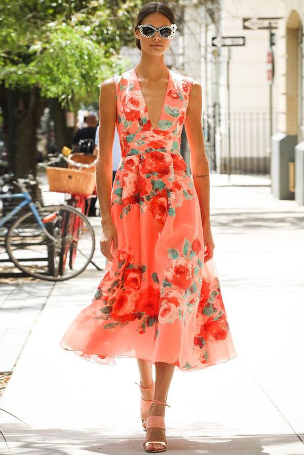 Sukienka Ivet.pl z dekoltem w kształcie litery v midi trapezowa