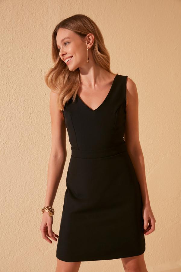 Sukienka Trendyol w stylu casual prosta z dekoltem w kształcie litery v