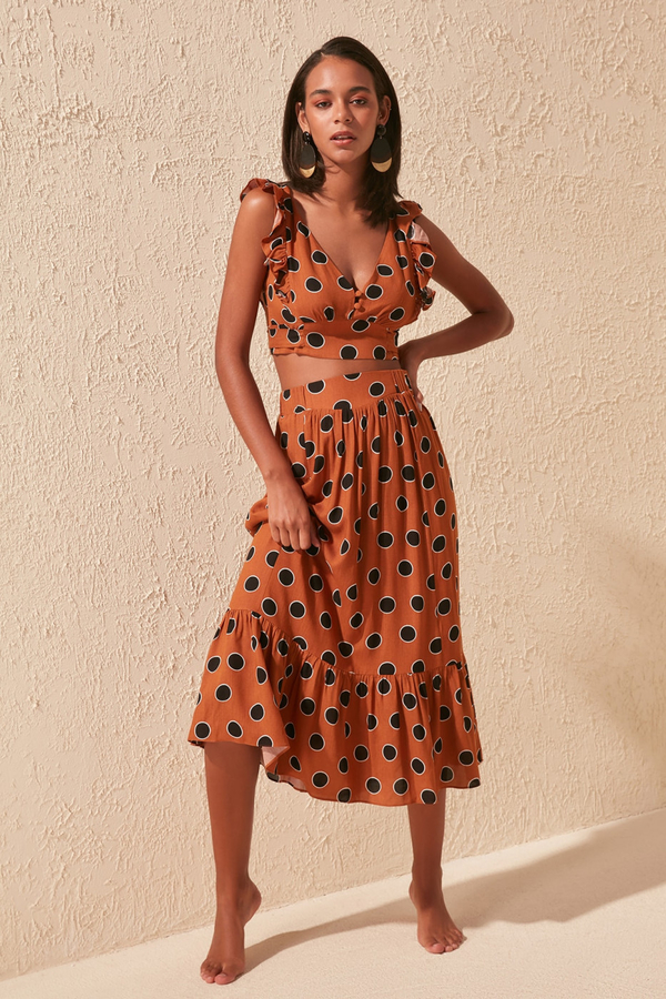 Sukienka Trendyol w stylu casual z dekoltem w kształcie litery v