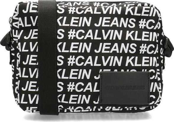 Torebka Calvin Klein ze skóry ekologicznej w młodzieżowym stylu przez ramię