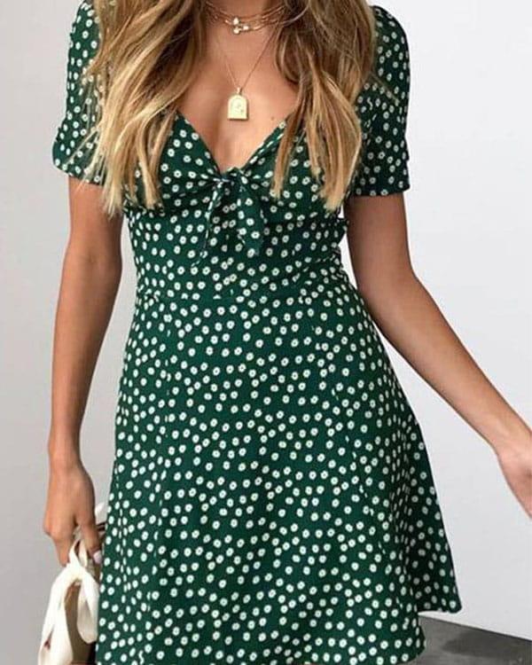 Zielona sukienka Kendallme z dekoltem w kształcie litery v trapezowa z krótkim rękawem