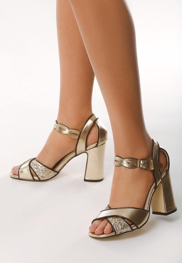 Złote sandały born2be na słupku