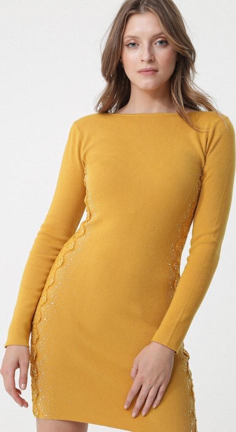 Żółta sukienka born2be w stylu casual dopasowana z okrągłym dekoltem
