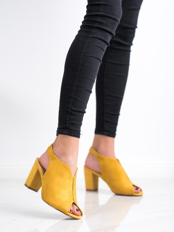 Żółte sandały Czasnabuty z klamrami