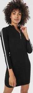 Czarna sukienka born2be z długim rękawem dopasowana z dekoltem w kształcie litery v