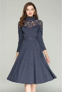 Niebieska sukienka Kaimilan rozkloszowana z długim rękawem