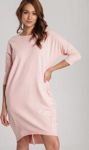 Różowa sukienka Renee z okrągłym dekoltem prosta